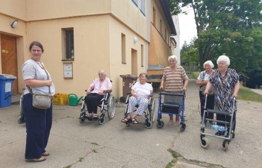 SeniorCentrum Štěrboholy - výletníci na farmě